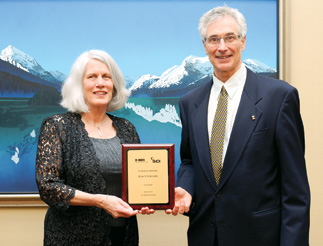 Keynote speaker Kim Sturgess accepted the Canada Medal from CIC/SCI Canada Chair David Beckman.