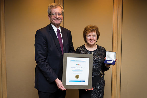 CIC chair Andrew Hrymak, FCIC, presented the 2017 CIC Medal and plaque to Eugenia Kumacheva.